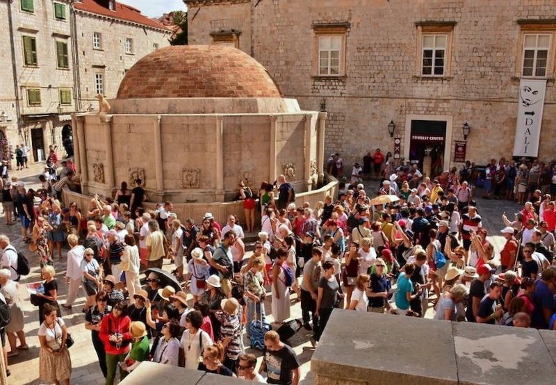 Sovra-Turismo Židovska fontana (Dubrovnik, Hrvatska 2018) foto di Paul Arps Flickr
