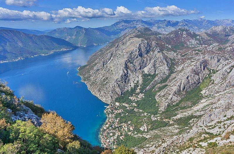 Sovra-Turismo La baia di Kotor foto Wikimedia