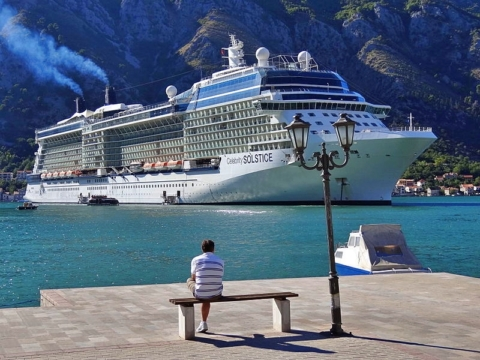 Sovra-Turismo Man_Looks_Out_on_Celebrity_Solstice_Liner_-_Kotor_-_Montenegro foto di Adam Jones Wikimedia Commons