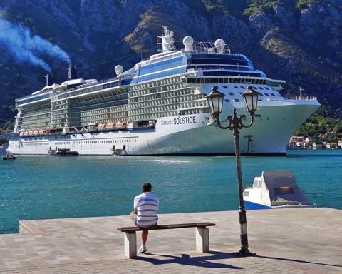 Sovra-Turismo Man_Looks_Out_on_Celebrity_Solstice_Liner_-_Kotor_-_Montenegro foto di Adam Jones Wikimedia Commons