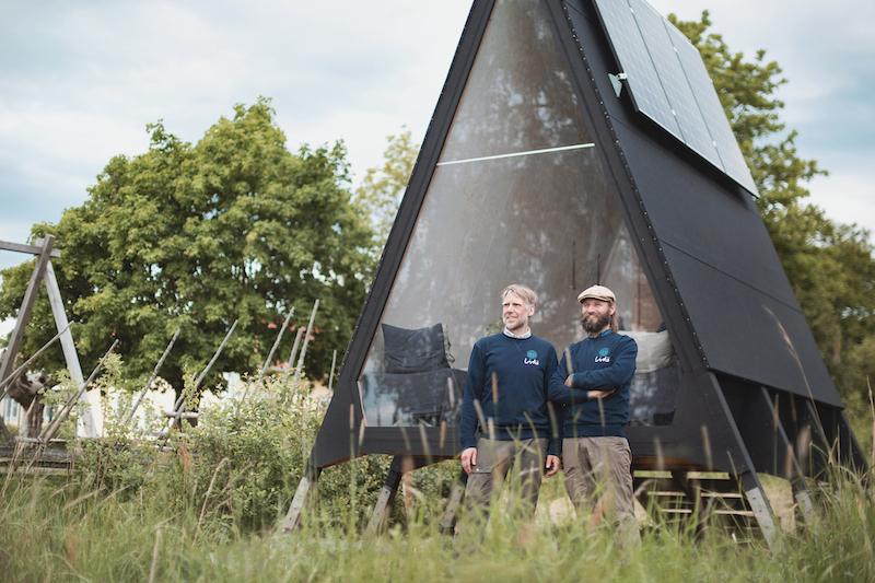 Olle e Hugo davanti alla Zero Cabin di Zero Island (foto di Fanny Haga)