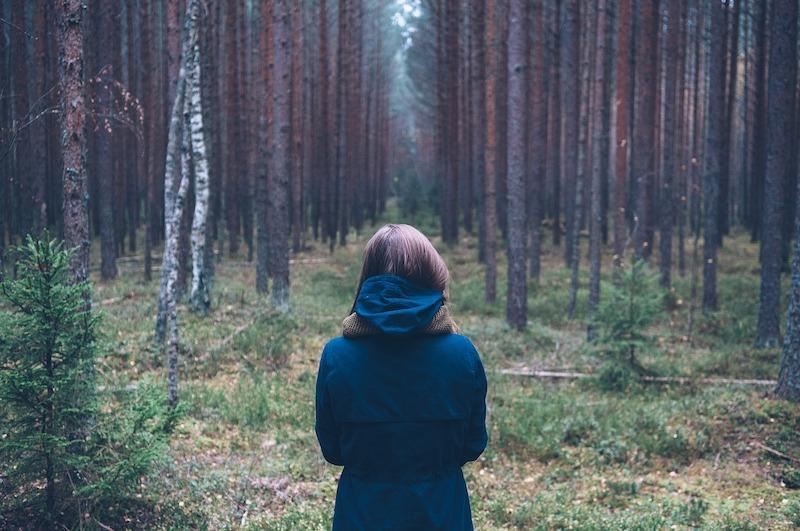 solastalgia donna nei boschi