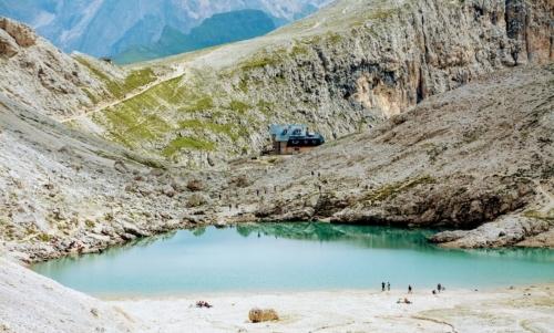 Rifugio Antermoia nei pressi dellomonimo lago, il più alto tra queli dolomitici di origine glaciale.