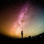 uomo guarda il cielo eventi astronomici