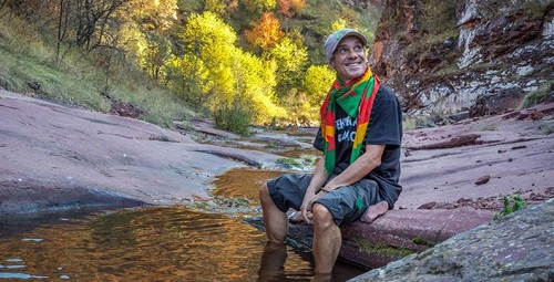 Manu Chao durante la sua visita tra le montagne della Stara Planina, in Serbia