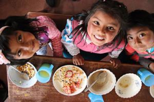 Bambini che mangiano a scuola