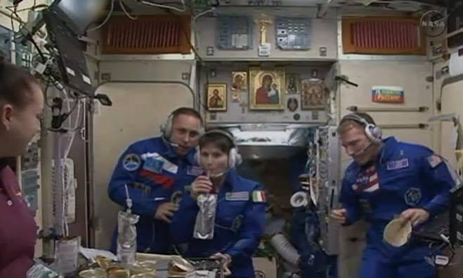 Samantha Cristoforetti con borraccia sulla Stazione Spaziale internazionale #lamiaborraccia