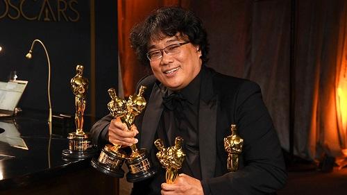 """Bong Joon-Ho, il regista sudcoreano che ha vinto gli Oscar 2020 con il film """"Parasite"""": Miglior Film, Miglior Film Internazionale, Miglior Regia, Miglior Sceneggiatura originale"""