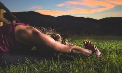 Calisthenics: gli esercizi di stretching possono aiutare a migliorare la propria flessibilità prima dellallenamento.