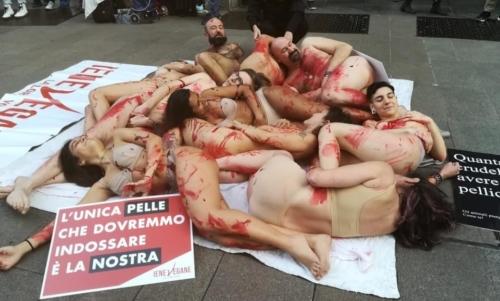 Milano Fashion Week 2020: le proteste messe in scene dagli animalisti per puntare i riflettori sulle vittime animali del settore della pelletteria.