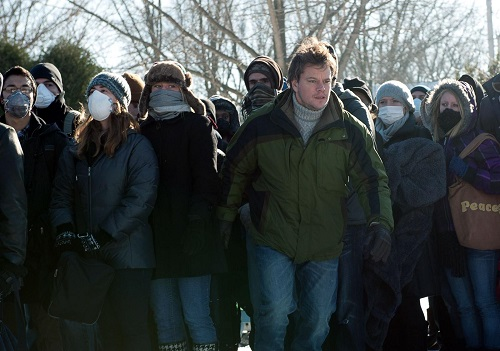 Matt Damon (al centro) è Mitch Emhoff, vedovo della prima vittima del misterioso morbo. Egli tuttavia risulta suscettibile al virus