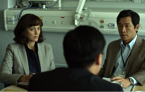 Marion Cotillard (a sinistra) è la dottoressa Leonora Orantes inviata in Cina per indagare su un possibile paziente 0