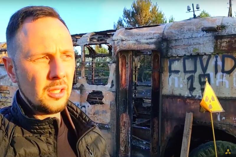 Yaroslav Yemelianenko nei pressi del filobus di Kopachi distrutto dalle fiamme
