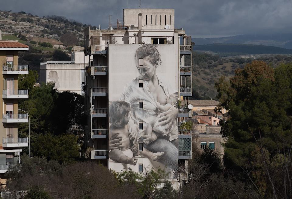 A Sicilian Mother - Una Madre Siciliana. Artista: Guido van Helten. Location: Ragusa, Italia (foto Facebook @guidovanheltenART)