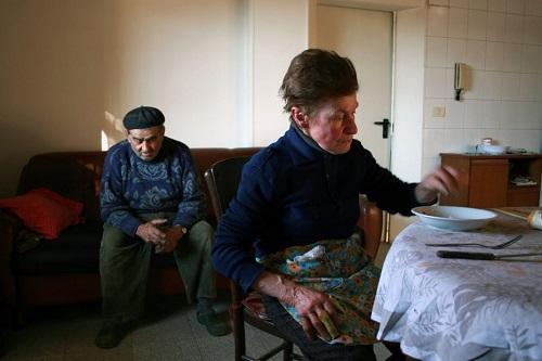 """Ernesta, detta """"Lia"""" e Gianni, i due anziani contadini protagonisti."""