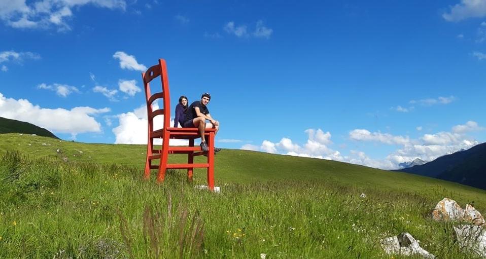 La sedia gigante di Debora e Nicola del Mobilificio Garro & Revelli di Peveragno d'estate posizionata al Rifugio Carbonetto a Demonte | Foto Credits Rifugio Carbonetto