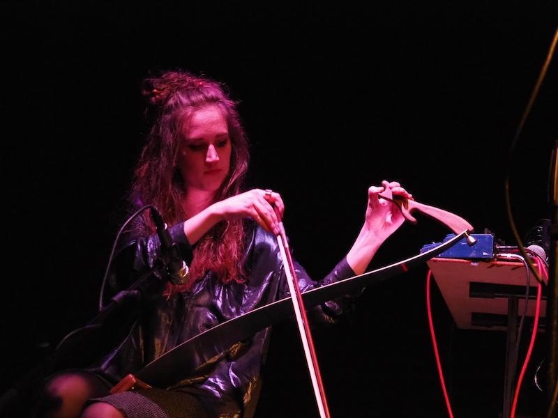 Elisa Dal Bianco durante un'esibizione dal vivo