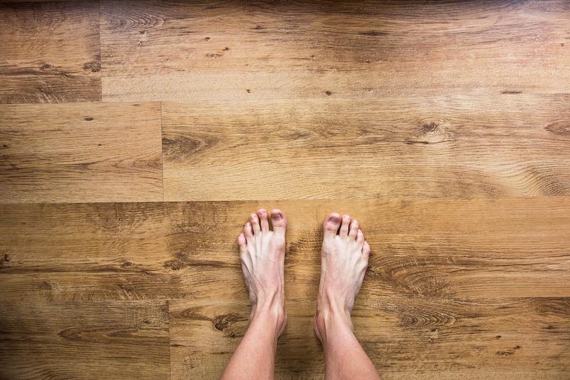 grounding piedi nudi pavimento