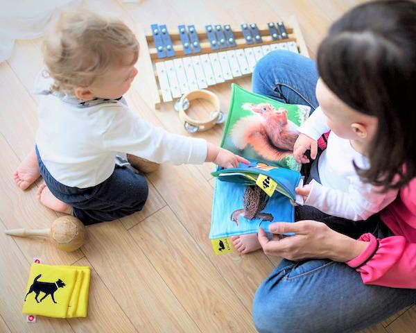 decluttering di libri giocattoli insieme ai bambini