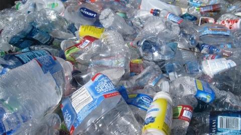 Spesso le bottiglie di plastica non vengono riciclate