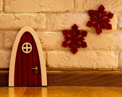 elf on the shelf porta con fiocchi di neve