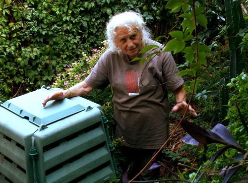 Aimée spiega la pratica del compostaggio domestico