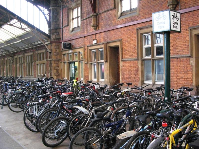 Bristol: bici parcheggiate fuori dalla stazione