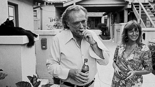 Charles Bukowski, la sua ultima moglie, Linda Lee, e un gatto sornione.