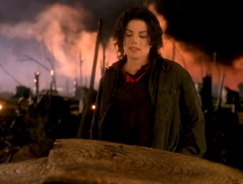 "Nel significativo videoclip di ""Earth Song"" Michael Jackson canta in uno scenario post-apocalittico"