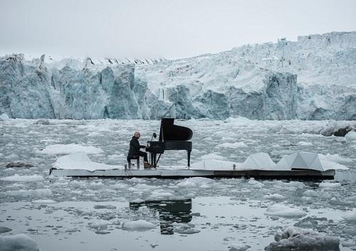 Einaudi al piano