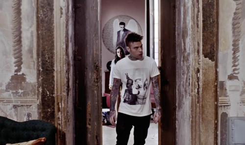 "Fedez nel video del brano ""L'amore Eternit"""