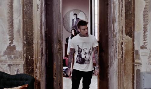 Fedez nel video del brano L'amore Eternit