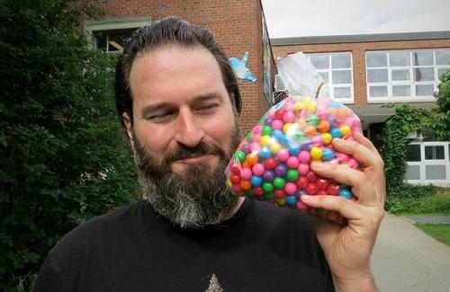 Il regista Andrew Nisker con delle chewing-gum