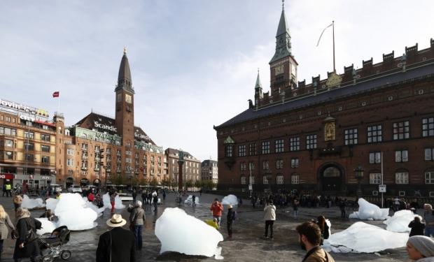 Installing-inland-ice-from-Greenland-City-Hall-Square-Copenhagen-Photo-Anders-Sune-Berg-6-850x567