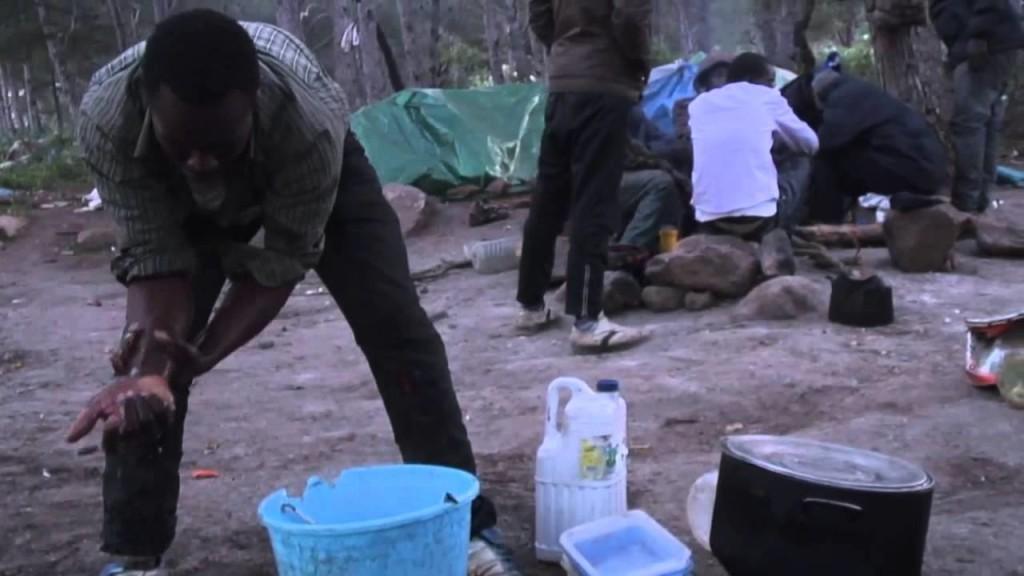 La vita dei migranti africani nei giorni che precedono l'assalto alla barriera