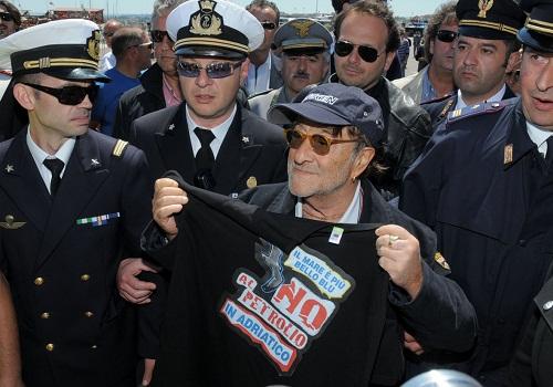 Lucio Dalla alla manifestazione No Al Petrolio di Termoli nel 2011