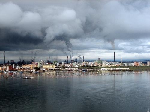 """Lo stabilimento ILVA a Taranto, citato in """"Vieni a ballare in Puglia"""" tra i responsabili dell'inquinamento della regione."""