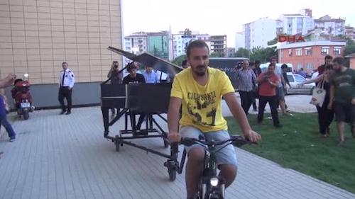 Davide Martello in piazza Taksim ad Istanbul suona in solidarietà al movimento di Gezy Park