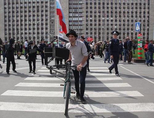 Davide Martello arriva con bici e pianofeorte in Ucraina | photo @focus.de