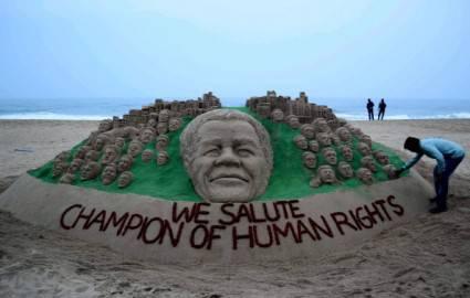 Artista indiano Sudarsan Pattnaik rende omaggio alla Giornata Mondiale Diritti Umani sulle spiagge di Puri, India (Getty images)