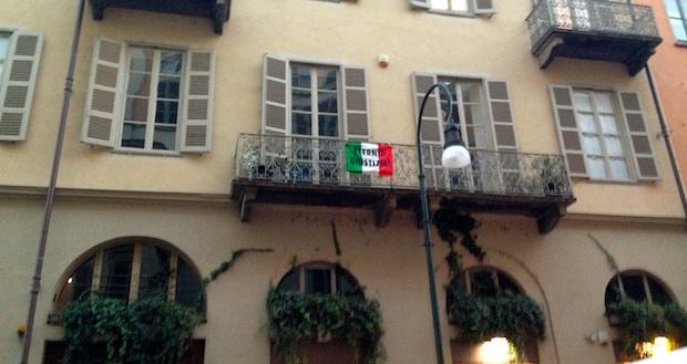 La bandiera simbolo della lotta contro l'Eternit ai balconi di CinemAmbiente all'indomani della sentenza che ha prescritto il reato