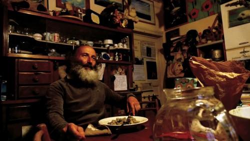 Antonio D'Andrea mentre racconta la sua esperienza in L'Erba che pizzica