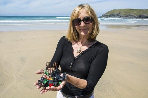 Tracey Williams mostra alcuni dei Lego ritrovati lungo le spiagge del sud dell'Inghilterra. Foto BBC