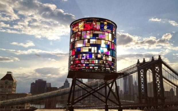 """Watertower"" dell'artista Tom Fruin"