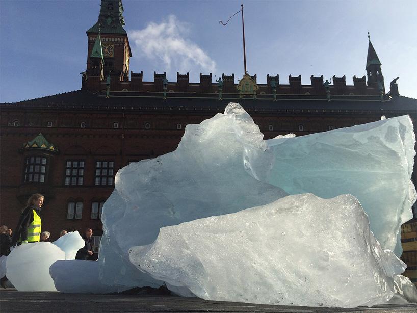 olafur-eliasson-ice-watch-project-climate-change-greenland-copenhagen-designboom-10 (1)