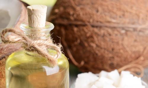 Una maschera a base di olio di cocco dona capelli morbidi e lucenti