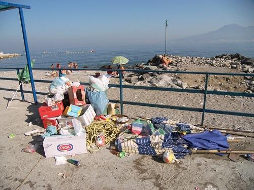 Littering sulla spiaggia (Immagine da www.liberoricercatore.it)
