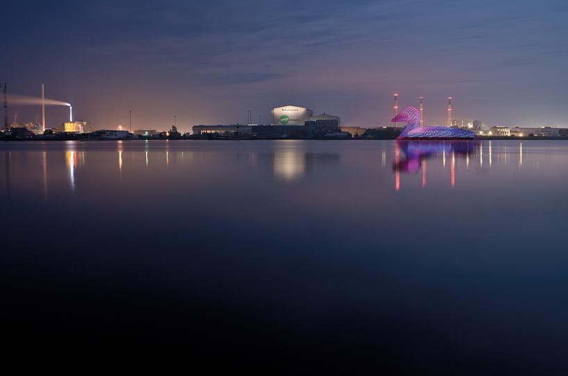 La papera galleggiante ormeggiata di fronte a Copenhagen