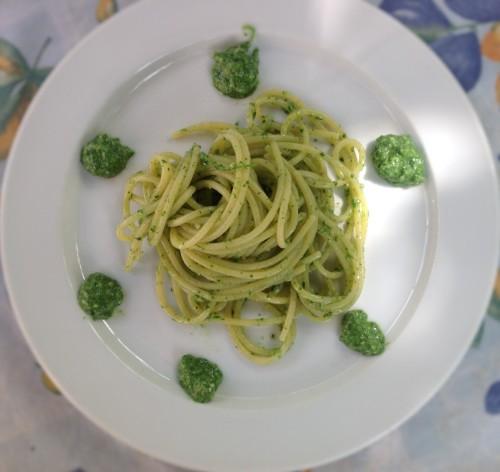 Spaghetti con pesto con l'ortica