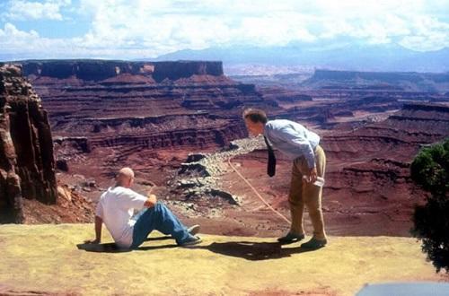 """Una scena dal film """"Verso il sole"""" (1996) con Woody Harrelson e Jon Seda"""